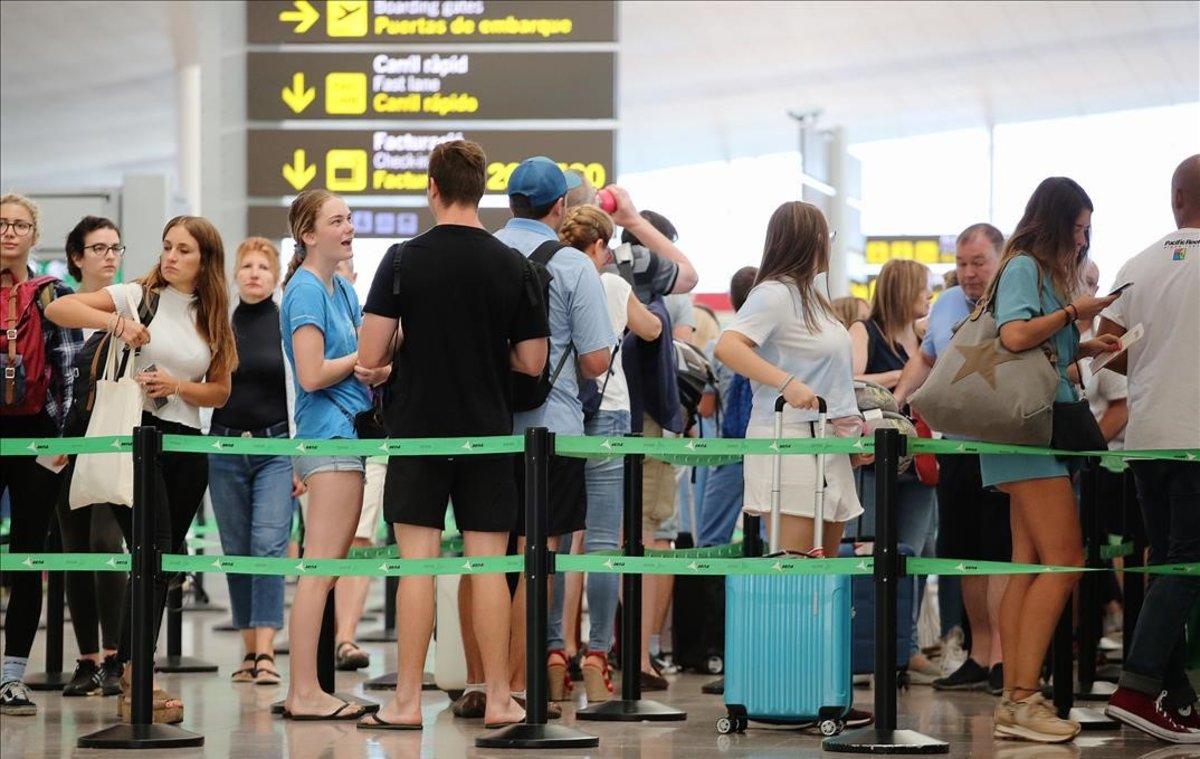 pasajeros esperan para pasar los controles seguridad aeropuerto prat 1565332460275